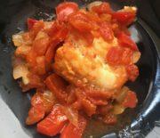 Bacalao con tomate y pimiento