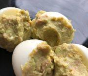 Huevos rellenos con crema de aguacate